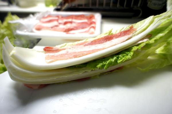 白菜の間に豚バラ肉を敷き、ミルフィーユ状に